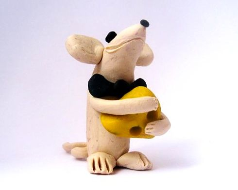 Крыса из пластилина с сыром